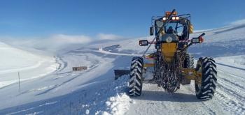 Karla mücadele ekipleri köy yollarında