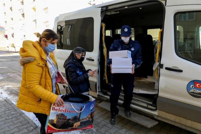 Kars Belediyesi ihtiyaç sahiplerine ulaşıyor