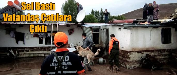 Kars'ta Köyleri sel vurdu vatandaşlar çatılara çıktı